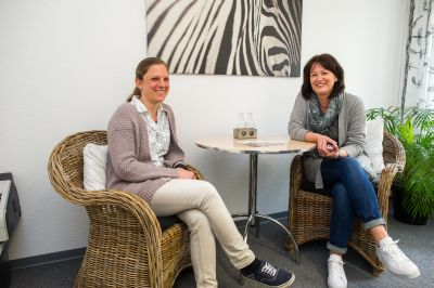 Nina Buil und Andrea Hermanns, Leiterin des Frauenhauses