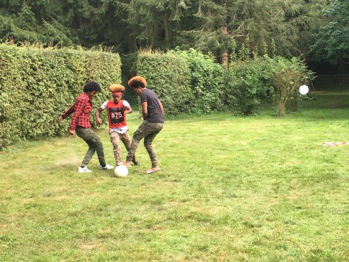 Gruppe Jugendlicher beim Fußballspielen