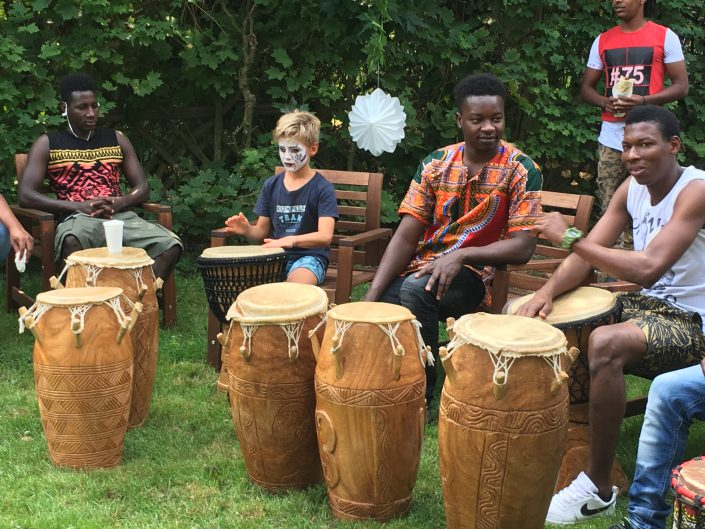 Gruppe Jugendlicher mit Trommeln