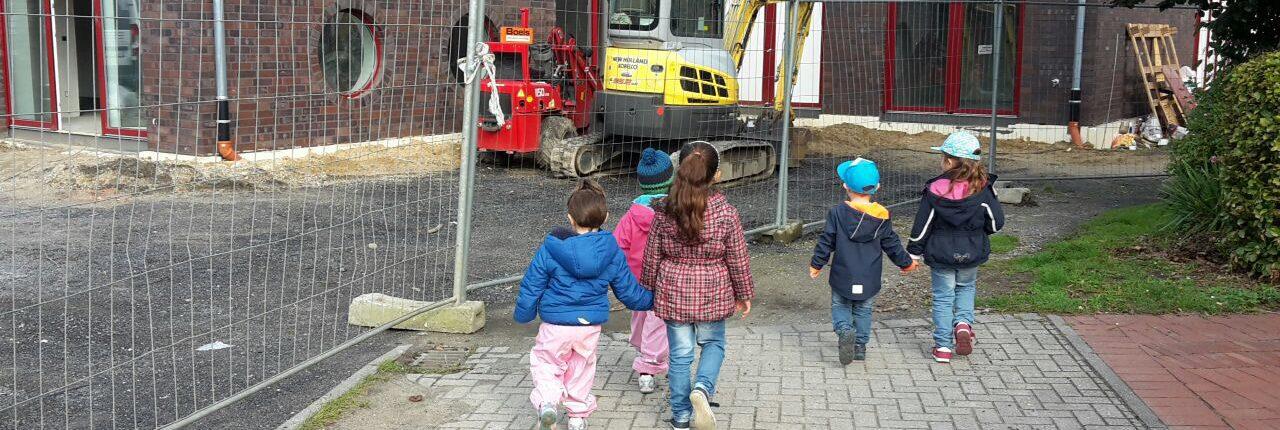Kinder neben einer Baustelle