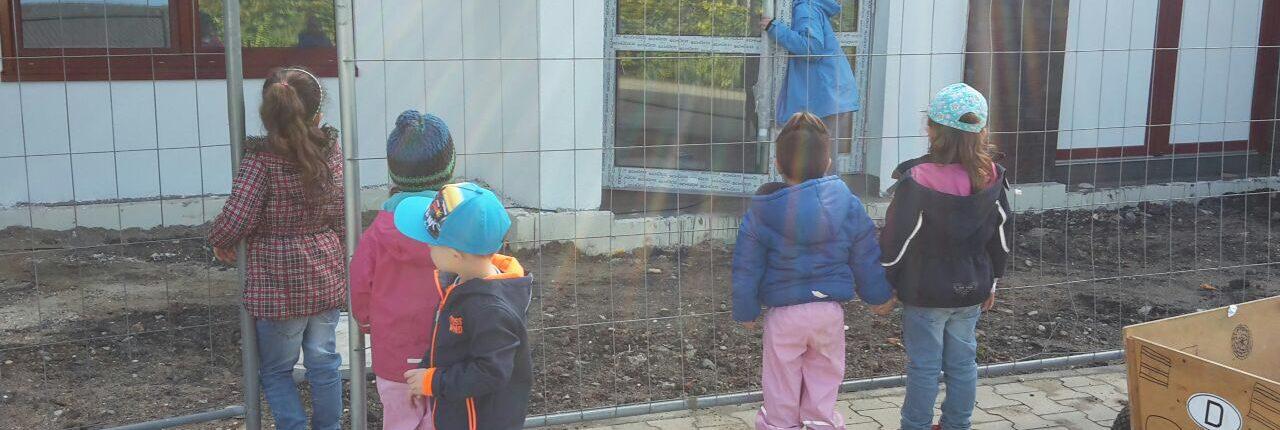 Kinder stehen vor einer Baustelle